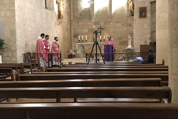 A Fronsac, les prêtes ont célébré la messe devant des chaises vides en raison des mesures sanitaires prises face à l'épidémie de coronavirus.