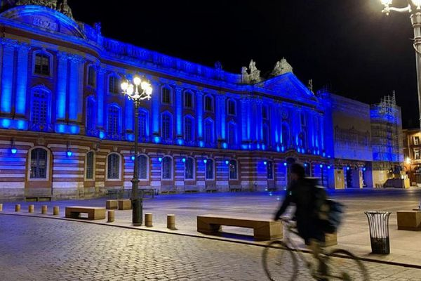 Le Capitole en bleu pour soutenir les soignants