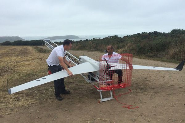la préparation du catapultage du drone depuis la côte dans la baie de Saint-Brieuc