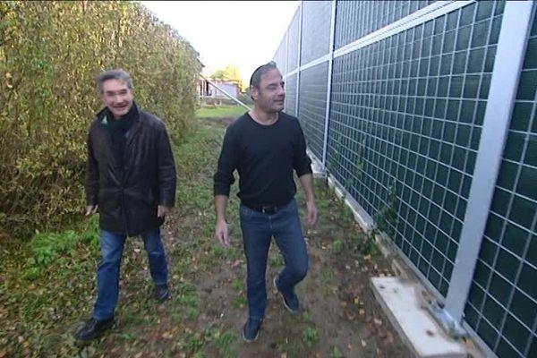 Le mur anti bruit mesure 4m de hauteur, et sera l'unique paysage que les riverains verront dans leur jardin...