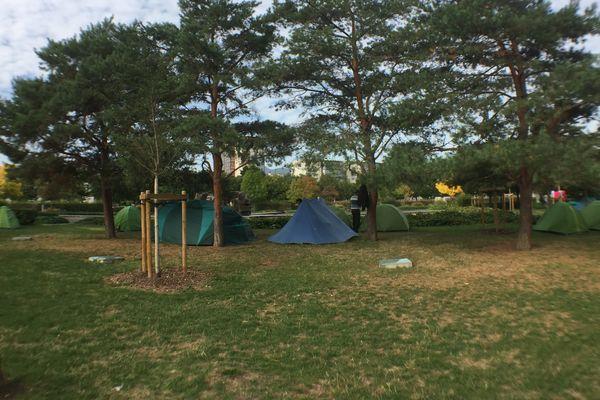 Des familles avec enfants, des couples, des personnes seules, une vingtaine de tentes a repris place à Clermont-Ferrand à proximité de la Coopérative de Mai.