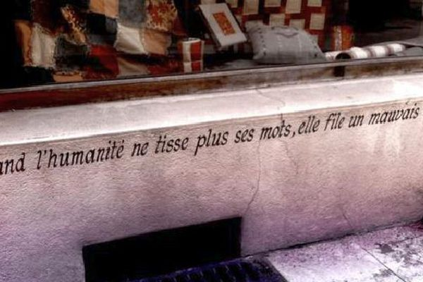 """""""Quand l'humanité ne tisse plus ses mots, elle file un mauvais coton"""", peut-on lire dans une des rues de la commune de la Charité-sur-Loire, dans la Nièvre, qui accueille tous les ans le festival du mot."""
