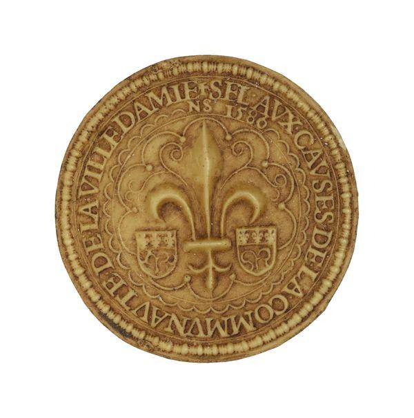 Sceau de la ville d'Amiens représentant une fleur de lys et deux écus en 1586