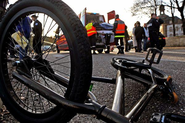 Le cycliste tué pourrait avoir été percuté par un véhicule, qui aurait pris la fuite. (image d'illustration)