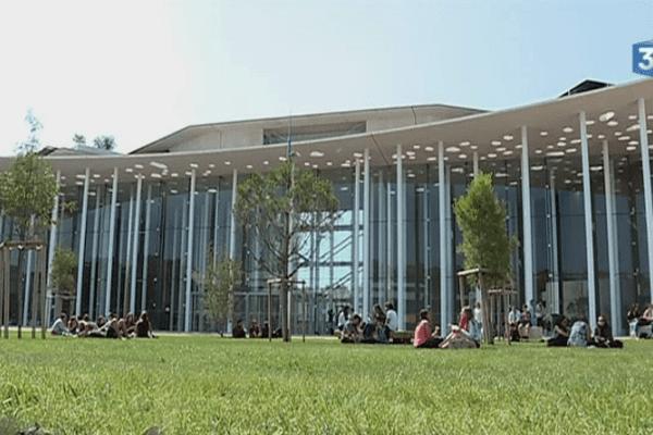 La nouvelle faculté de médecine de Montpellier conçue par François Fontès est inaugurée jeudi 12 octobre 2017. Elle accueille déjà 2000 étudiants depuis septembre.