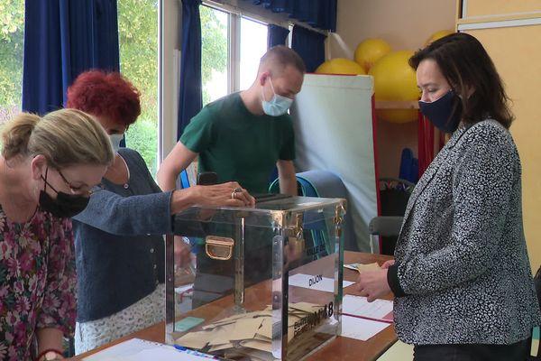 Stéphanie Modde, candidate écologiste a voté à l'école Camille Flammarion, à Dijon en Bourgogne.