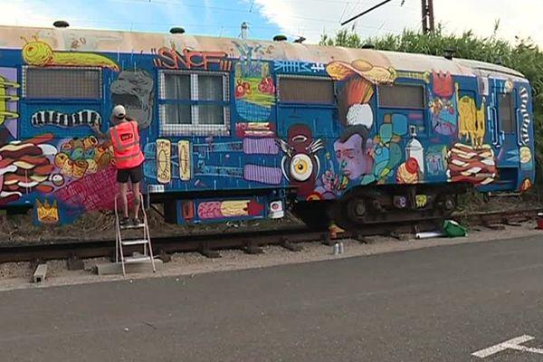 Six artistes transforment les wagons en oeuvre d'art.