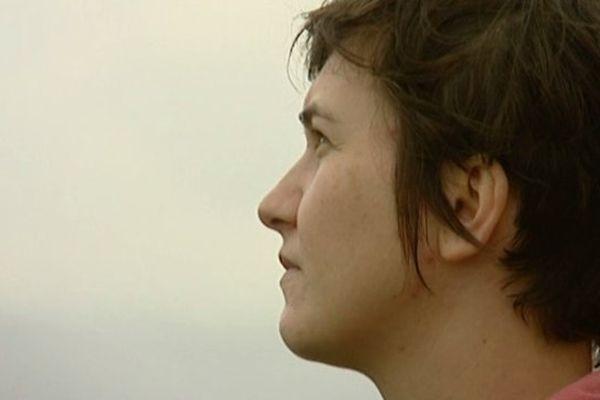 Séverine est persuadée que ses problèmes de santé sont liées aux pollutions provoquées par les avions.