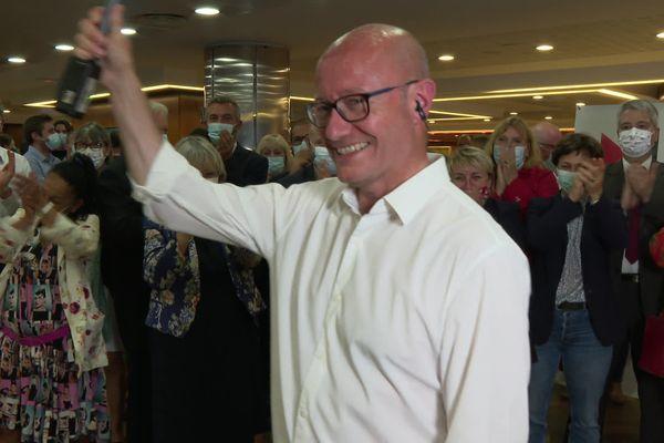 Jean-Luc Gleyze salue ses militants qui l'applaudissent pour la victoire de la gauche aux élections départementales, dimanche 27 juin 2021.