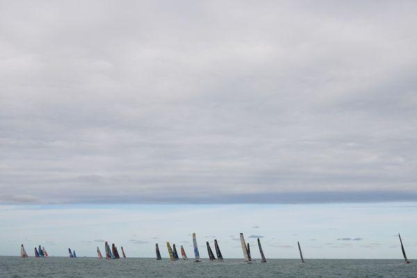 Quelques secondes après le top départ, les voiliers semblent déjà loin. Bientôt leurs voilures disparaissent dans l'horizon.