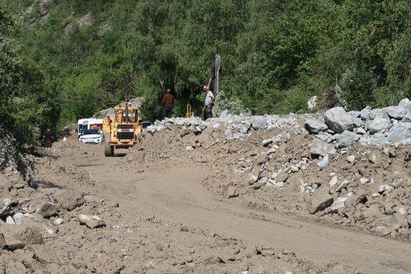 Quatre coulées de boue ont déferlé sur la route départementale qui relie Isère et Hautes-Alpes, sans faire de blessé.