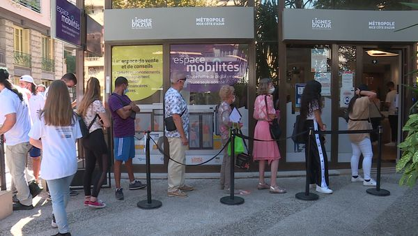 Une file d'attente impressionnante devant la désormais unique agence de Lignes d'Azur au 43 boulevard Dubouchage de Nice.