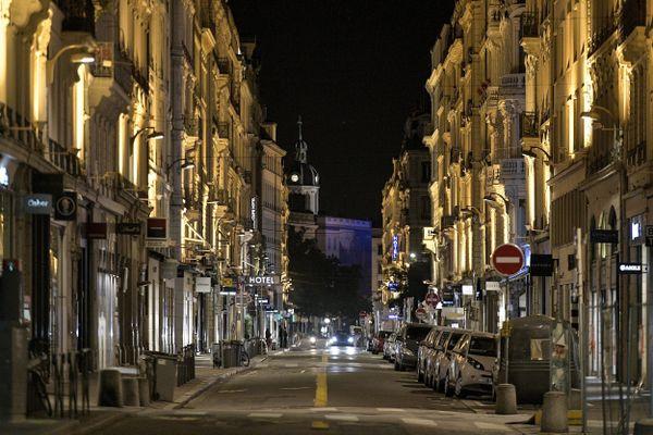 Lyon : la rue du président Edouard Herriot désertée lors du premier soir de couvre-feu, le 17 octobre 2020.