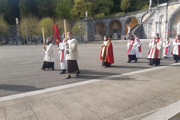 Faible affluence de fidèles et de pèlerins en ce vendredi pour le chemin de croix au Sanctuaire