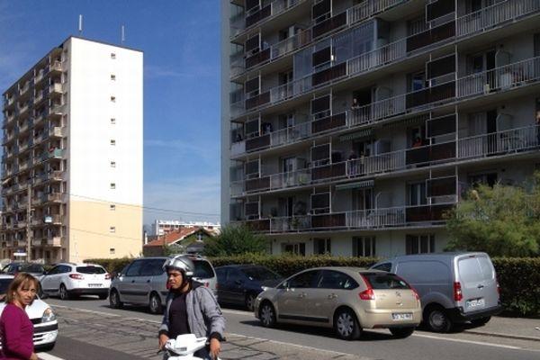 C'est au 8e étage de cet immeuble du quartier du Rondeau que les plombs ont été tirés, d'abord sur des voitures et des panneaux, ensuite sur des cibles humaines.