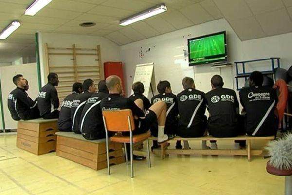 Les joueurs du Stade Malherbe de Caen décortiquent le jeu du FC nantes lors d'une séance vidéo