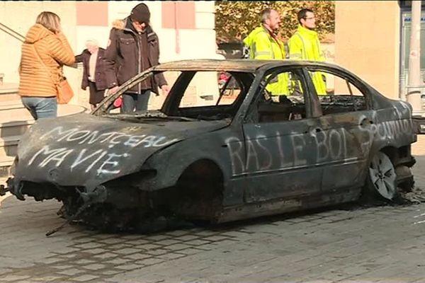 Le propriétaire d'un garage a déposé un véhicule brûlé devant la mairie de Montceau-les-Mines pour protester contre l'incendie de sa concession automobile dans la nuit du vendredi 2 au samedi 3 novembre 2018.
