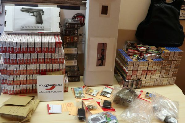 La saisie de la Sûreté départementale de l'Hérault : des armes, des cigarettes, du cannabis, du matériel de conditionnement... juillet 2021.