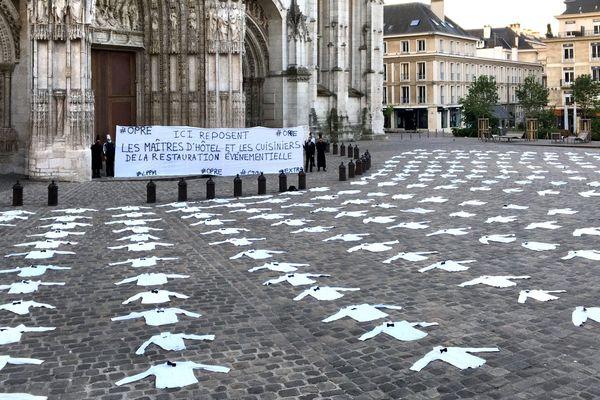 """26 mai 2020 -  Action des  """"Chemises blanches"""" devant la cathédrale de Rouen"""