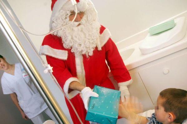 AU SERVICE PEDIATRIE DE L HOPITAL BOURRAN A RODEZ LE PERE NOEL DISTRIBUE LES CADEAUX AUX ENFANTS MALADES