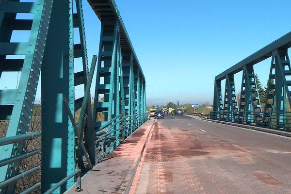 L'accident a eu lieu sur ce pont enjambant le petit Rhône entre Arles et Fourques. Il a fait trois blessés graves.