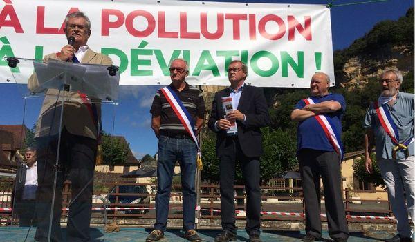 """Germinal Peiro appelle ses soutiens à """"faire comme les zadistes"""", en empêchant les bulldozers de détruire le chantier de la déviation."""