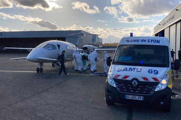Un patient atteint du coronavirus Covid-19 a été transporté en avion médicalisé depuis Lyon, en direction d'une autre région pour soulager les hôpitaux qui commencent à être débordés, lundi 26 octobre.