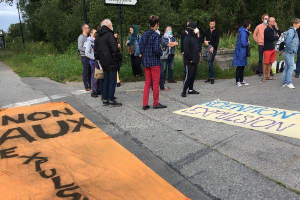 « Stop à l'enfermement des sans-papiers » et « stop aux expulsions » réclame le collectif.