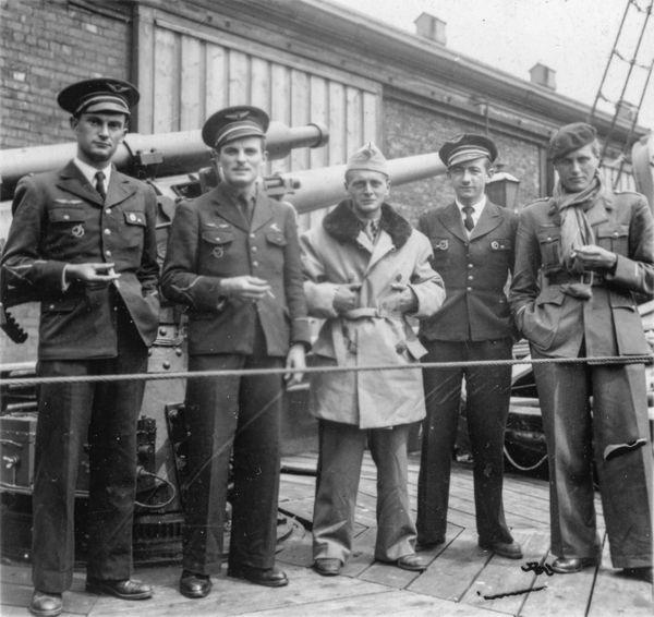Après leur arrivée en Caudron Goéland, René Mouchotte, Charles Guérin, Georges Heldt, Henry Lafont et André Sorret prennent la pose devant une pièce de DCA à Gibraltar en juillet 1940.
