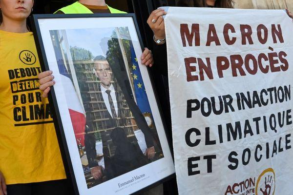 Des militants écologistes manifestent en septembre devant la mairie de Saint-Ouen avec un portrait d'Emmanuel Macron, pour dénoncer son « inaction climatique et sociale ».