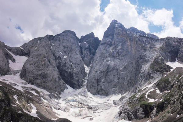 Le massif du Vignemale dans les Hautes-Pyrénées - archives.
