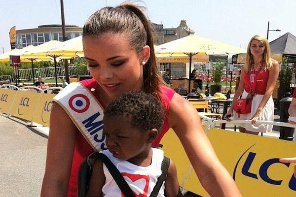 Marine Lorphelin, alias Miss Bourgogne et Miss France, a remis le prix de la combativité à un enfant ayant subi une greffe du cœur mardi 9 juillet 2013 lors de la 10e étape du Tour de France.