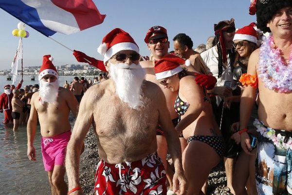 Tous en maillot et en bonnet de Noël.