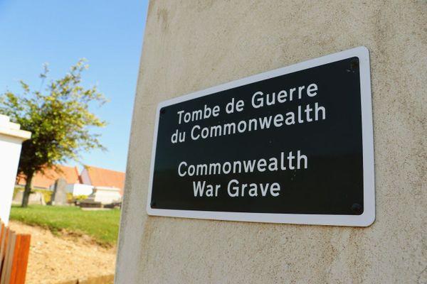 Panneau situé à l'entrée du cimetière de l'église de Bazinghen, indiquant la présence d'une tombe de guerre britannique.