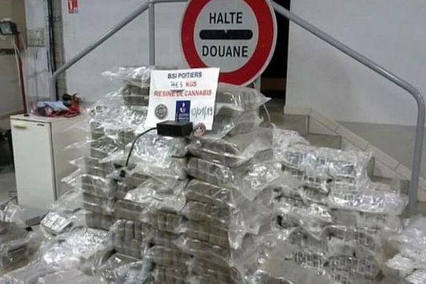 Poitiers - les douaniers saisissent 748kg de cannabis dans un camion espagnol sur l'A.10 - janvier 2019.