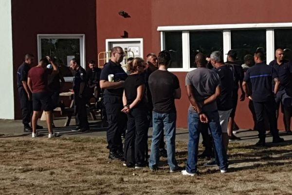 Les surveillants de la maison centrale d'Arles se sont rassemblés ce dimanche matin en soutien de leurs trois collègues blessés.