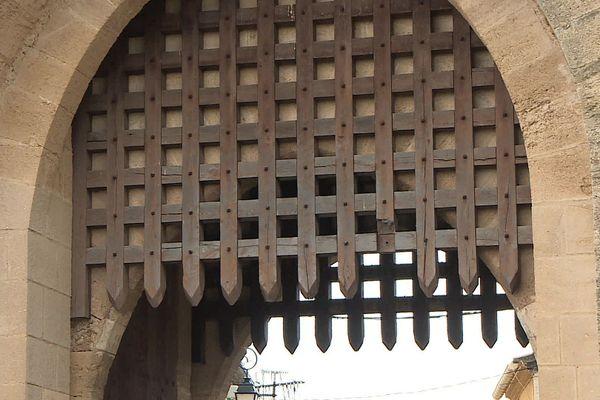 La porte de la Reine et ses herses en bois, les seules à avoir été restaurées à Aigues-Mortes.