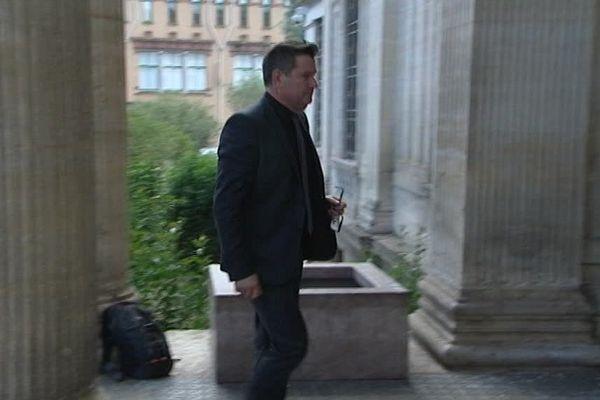 Le maire du Barcarès, Alain Ferrand, arrive au tribunal correctionnel de Perpignan