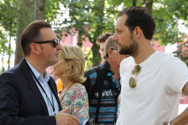 A droite, Armel Campagna en discussion avec Frédéric Leturque, maire d'Arras lors de l'édition 2019 du Main Square festival