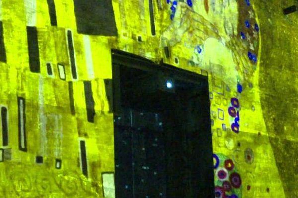 Les œuvres de Gustave Klimt projetées sur les murs de béton de l'ancienne base sous-marine de Bordeaux
