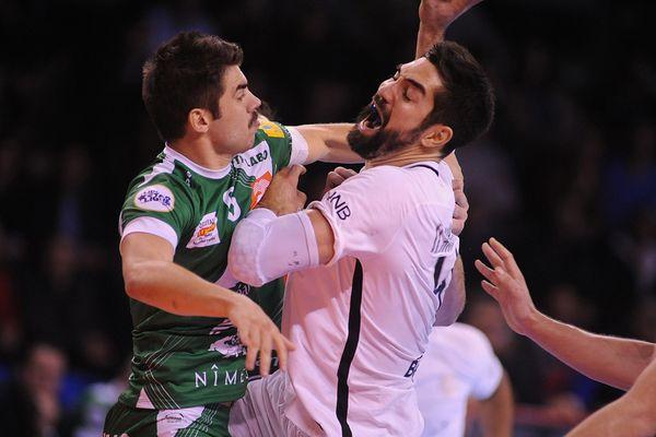 Duel entre le Nîmois Julien Rebichon et le Parisien Nikola Karabatic lors de la victoire du PSG 36-33 à Nîmes - 16 novembre 2016