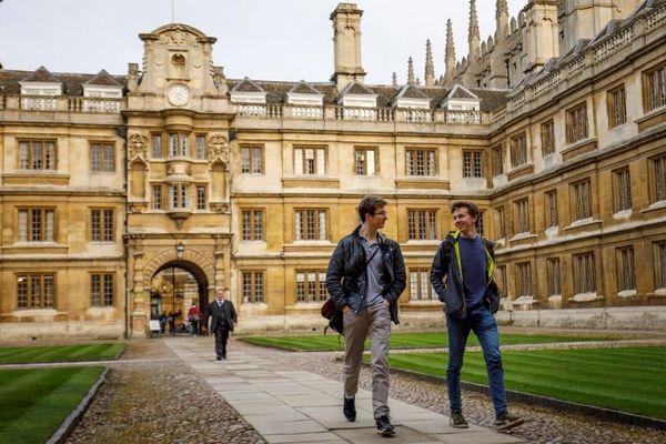L'université de Cambridge en Angleterre.