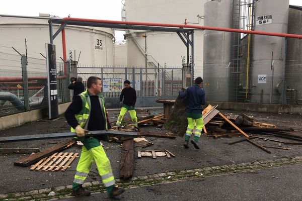 L'accès au dépôt de carburant de Lorient est déblayé ce mercredi 5 décembre 2018 matin