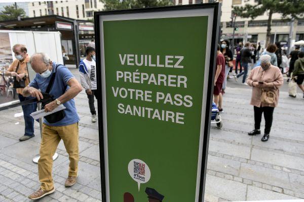 Pas besoin de prouver sa vaccination à partir du 30 août. Le pass sanitaire valide est la seule information dont a besoin l'employeur, précise le ministère du travail.