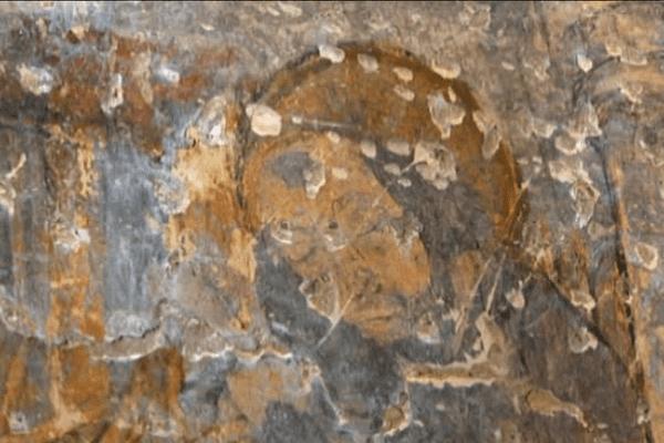 Derrière le mur de la petite église, 17 tableaux ont été découverts