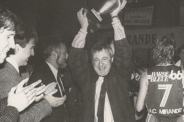 L'entraîneur Alain Jardel, lors du premier titre de championnes de France en 1988