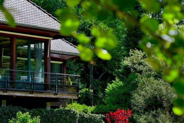C'est au milieu d'une nature luxuriante que s'érige la somptueuse Maison de L'Arnsbourg.