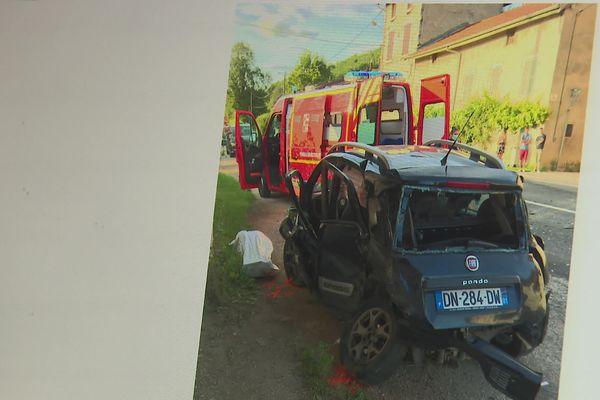 Selon des témoignages, au moment de cette violente collision, l'homme conduisait à grande vitesse et aurait tenté de doubler une autre voiture, lorsqu'il a violemment percuté celle de la quinquagénaire arrivant en face.