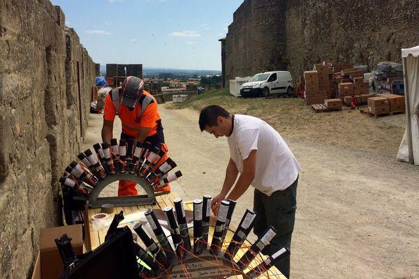 Depuis ce mercredi, 14 artificiers s'affairent pour préparer le feu d'artifice qui aura lieu au pied des remparts de la cité de Carcassonne - 12 juillet 2017