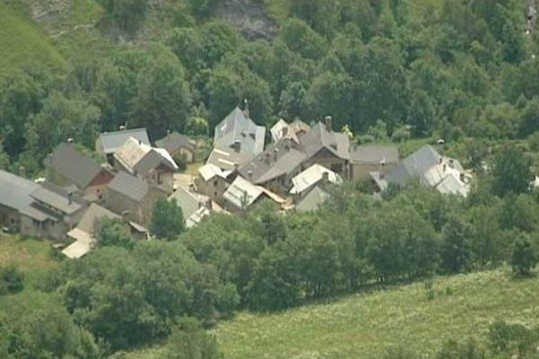 Niché au fond de la vallée du Ferrand, juste après le col de Sarenne et à quelques kilomètres de la célèbre station de l'Alpe d'Huez, le petit village de Clavans attend son premier Tour de France. Les 113 habitants répondront présents. Les touristes devraient également être nombreux!